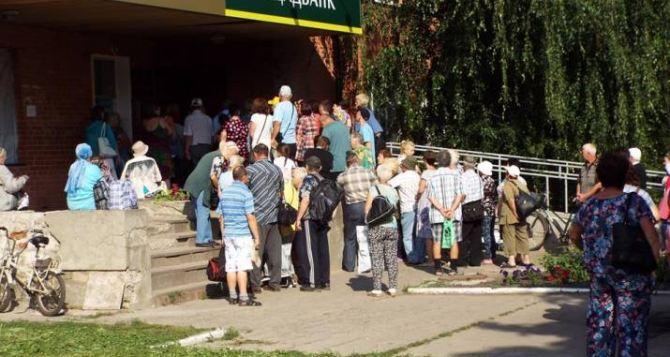 После реконструкции КПВВ в Станице Луганской «Ощадбанк» и «Приватбанк» не справляются с потоком клиентов
