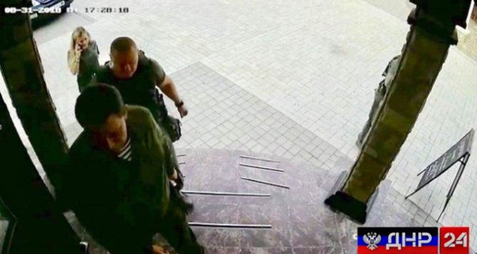 За секунду до взрыва. Появились фото Захарченко на ступенях кафе «Сепар»