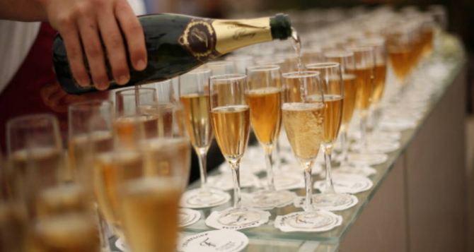 Кучма— всё. Распитием шампанского закончилось сегодня заседание Трехсторонней контактной группы в Минске