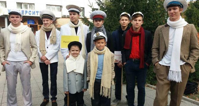 Парад Остапов Бендеров состоялся в Старгороде, <nobr>т. е.</nobr> в Старобельске. ФОТО
