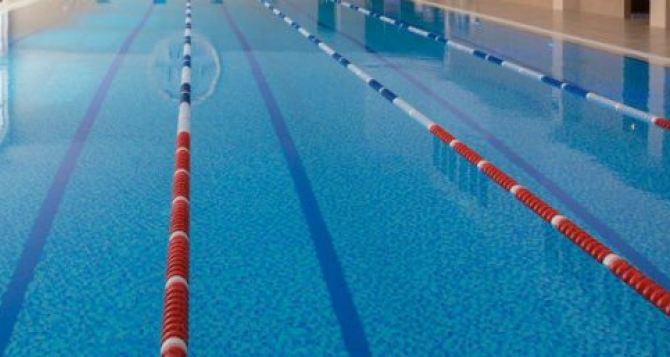 В Свердловке во время тренировки в бассейне утонул ребенок