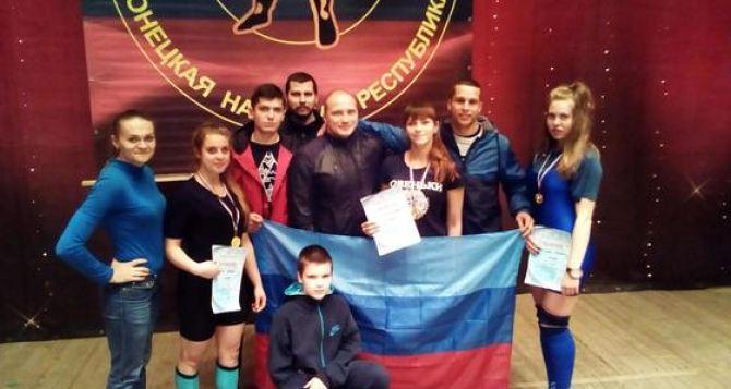 Юные спортсмены из Луганска завоевали три золотых медали на соревнованиях по пауэрлифтингу