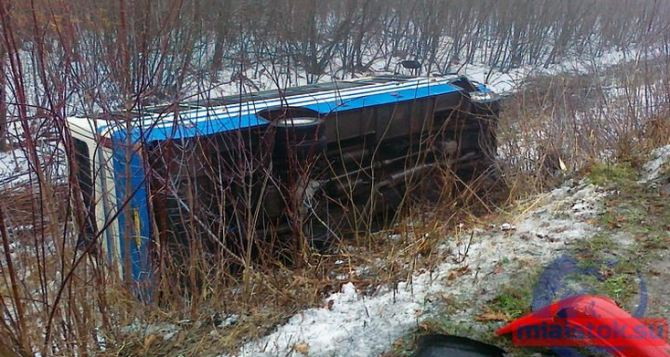 Под Краснодоном столкнулось пять автомобилей и автобус перевернулся в кювет