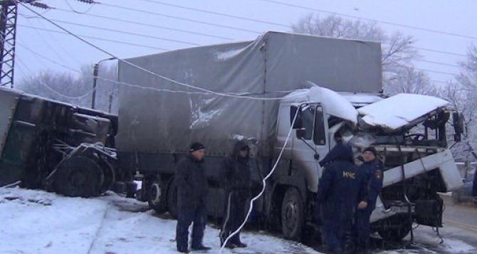 В Луганске из-за гололеда фура с прицепом перевернулась, и оставила без света 4 улицы (ФОТО)
