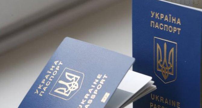 Почему переселенцам из Луганской области не дают загранпаспорт