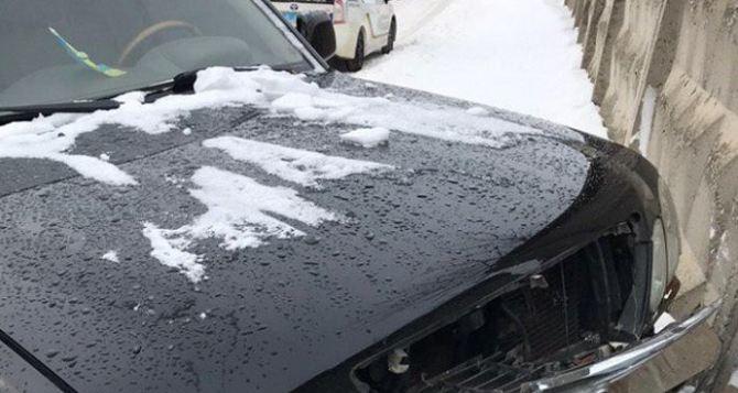 Элитный внедорожник пробил бетонный забор в Северодонецке. Водитель без повреждений. ФОТО