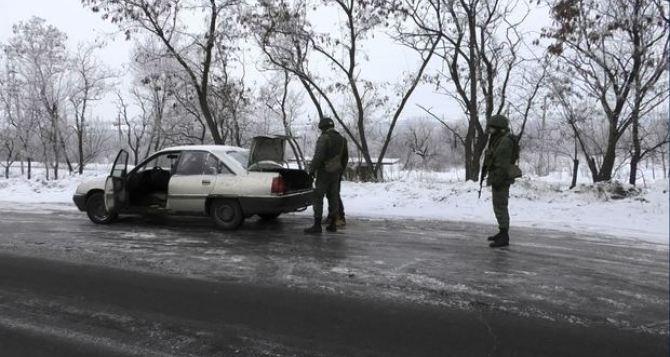 В Луганске военные проводят тщательную проверку документов всех автомобилей