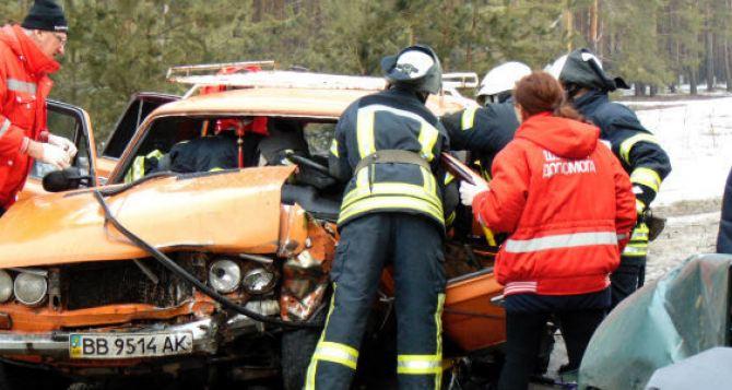 Спасатели «вырезали» из автомобиля двух мужчин, заблокированных после ДТП (ФОТО)