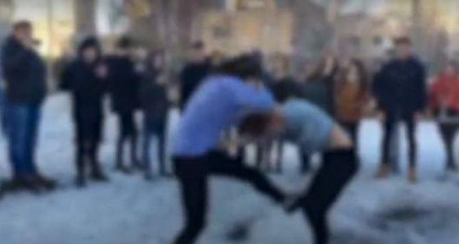 Полицейские увидели видео драки школьников в Facebook и приехали в школу разбираться