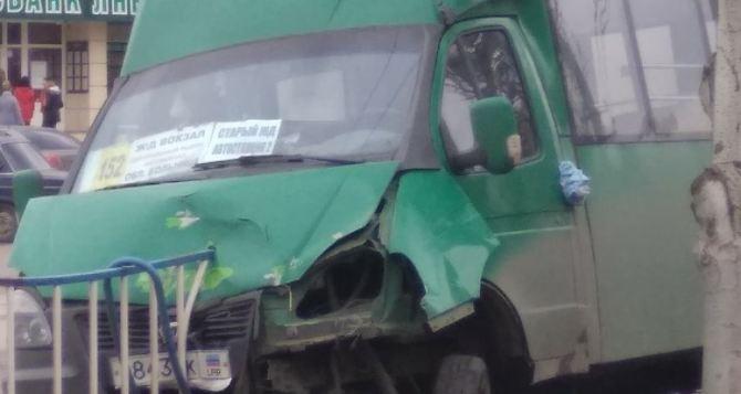 В Луганске произошло ДТП с маршруткой на ул. Оборонной. ФОТО
