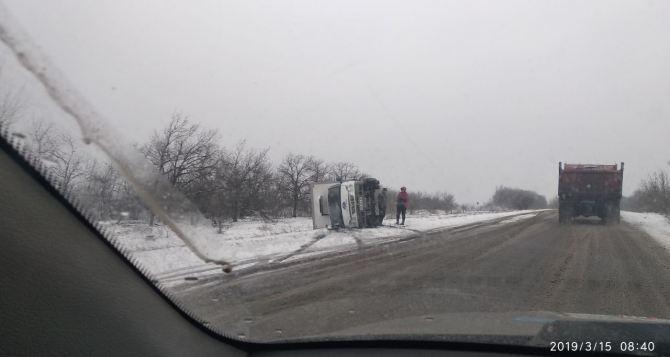 Под Луганском «Газель» перевернулась на скользкой дороге. ФОТО