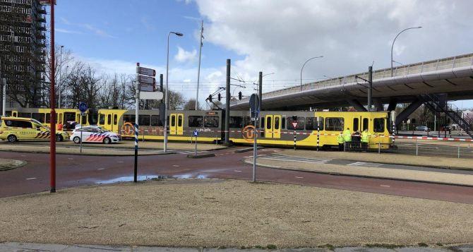 Неизвестный устроил стрельбу в трамвае, есть раненые
