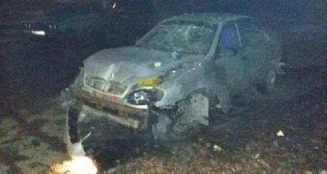 В Луганске ночью в Восточном квартале взорван автомобиль. Повреждены близстоящие дома