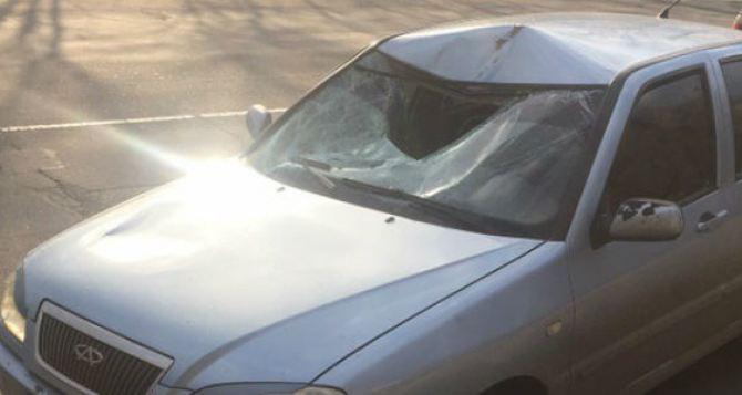 В Луганске легковой автомобиль сбил человека