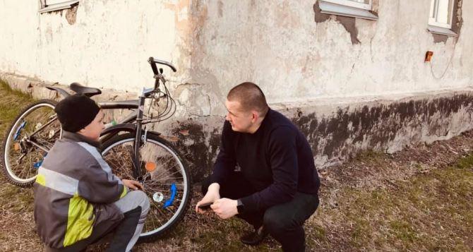 Школьник в Луганской области ходит 4 км в школу под обстрелами и в любую погоду