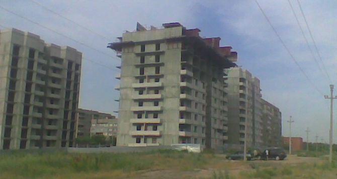 В Алчевске девочка упала с крыши недостроенного здания. В тяжелом состоянии ребенок в реанимации в Луганске