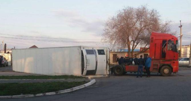 В Луганске перевернулся грузовик с 20 тоннами картошки