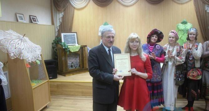 Луганчане до 30апреля могут посетить выставку «Мир глазами женщины»