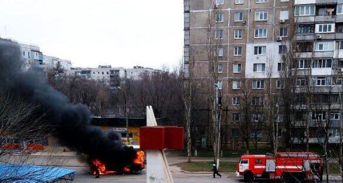 Маршрутка с людьми загорелась в Луганске. Есть пострадавшая. Автомобиль сгорел полностью. ФОТО. ВИДЕО.