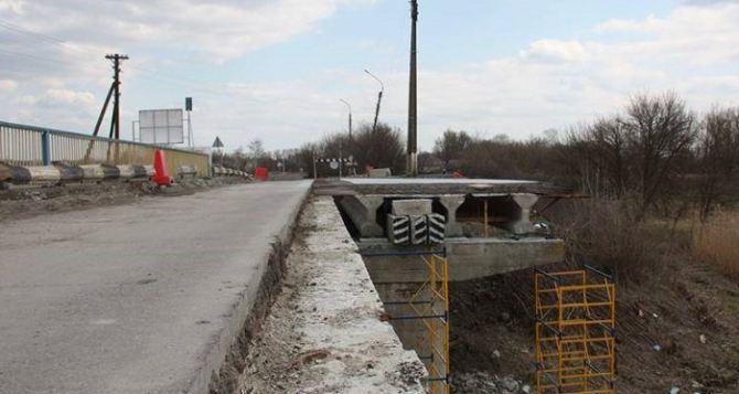 Сватовский мост еще ремонтируют, но в случае наводнения автомобили пустят по одной полосе
