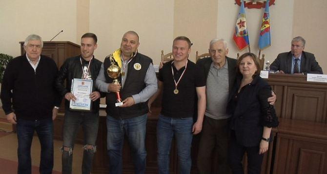 Победители в 11 лигах зимнего чемпионата Луганска по мини-футболу получили кубки и медали