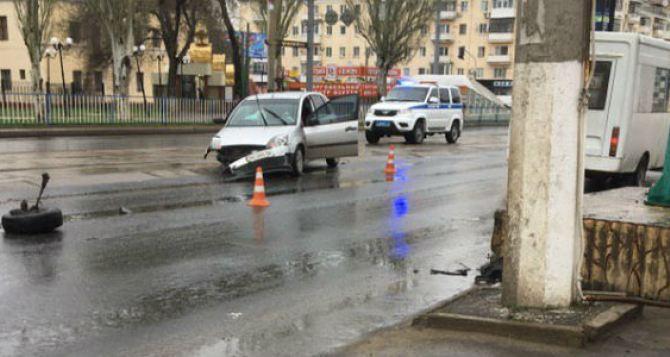 На центральном перекрестке в Луганске столкнулись авто. Вероятно есть пострадавшие