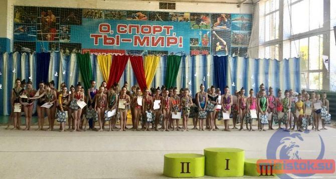 Более 200 спортсменок Донбасса приняли участие в соревнованиях по гимнастике в Краснодоне