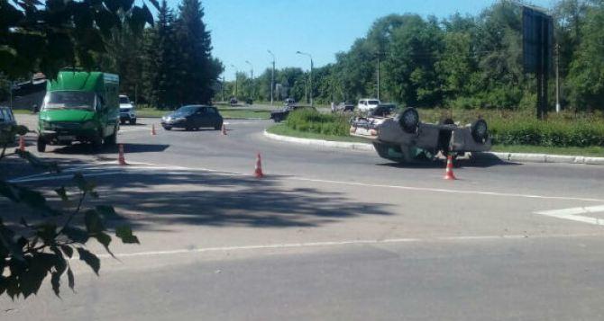 В Луганске в ДТП с участием маршрутки перевернулся автомобиль. ФОТО