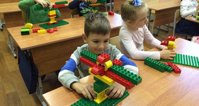 В Луганской области с помощью наборов «Лего» строят новую украинскую школу