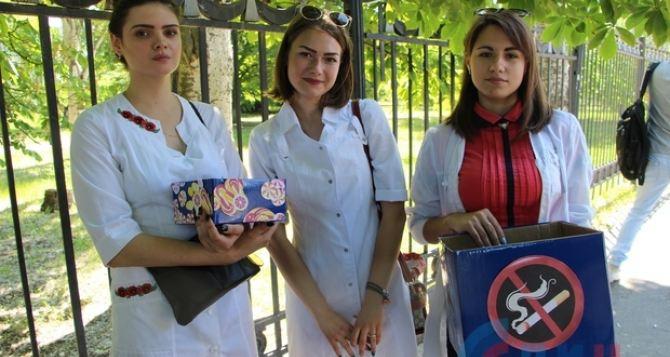 В Луганске прохожим меняли сигареты на конфеты. ФОТО