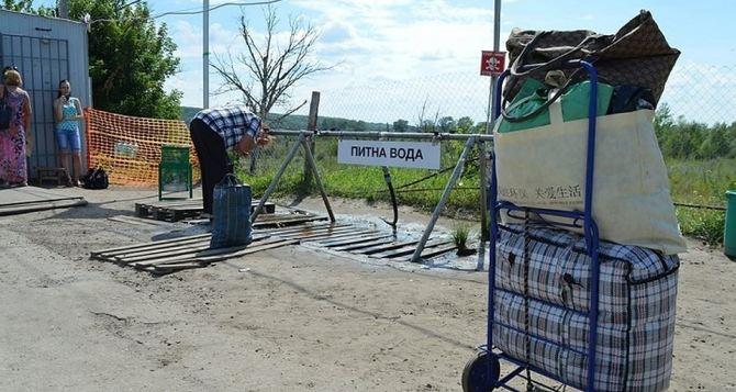 На КПВВ «Станица Луганская» главная проблема людей— перегрев и обезвоживание