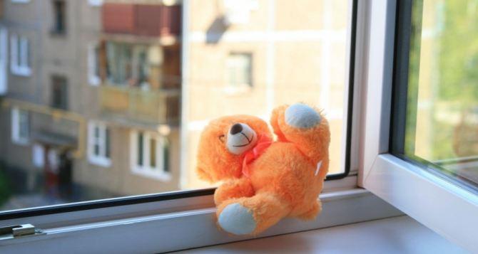 Трехлетний малыш выпал с балкона шестого этажа в Стаханове
