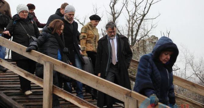 Восстановить мост в Станице Луганской, открыть новые КПВВ, отменить привязку пенсии к статусу ВПЛ,— как сделать жизнь луганчан чуть легче