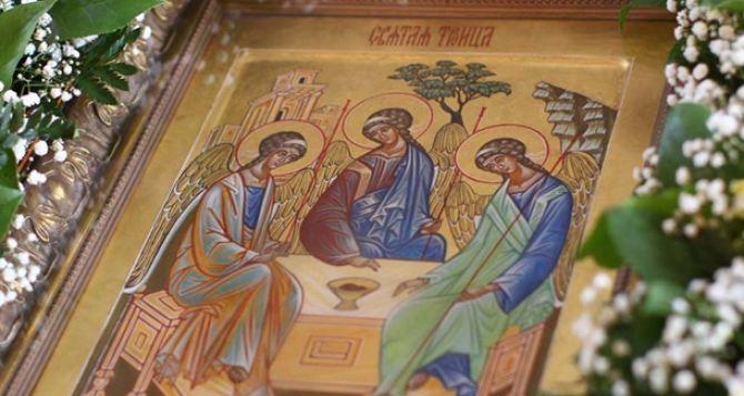 Праздник Святой Троицы отмечают верующие