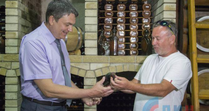 Глава ЛНР Пасечник пил эксклюзивное вино в подвале фермера из Бугаевки. ФОТО