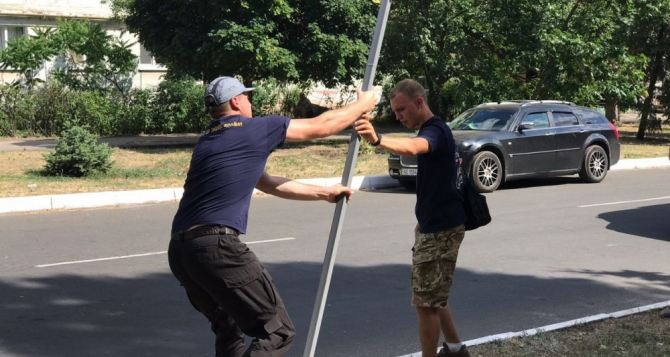 Ленины закончились... Молодчики из «Национального корпуса» самоуправно демонтировали знаки дорожного движения в Рубежном. ФОТО