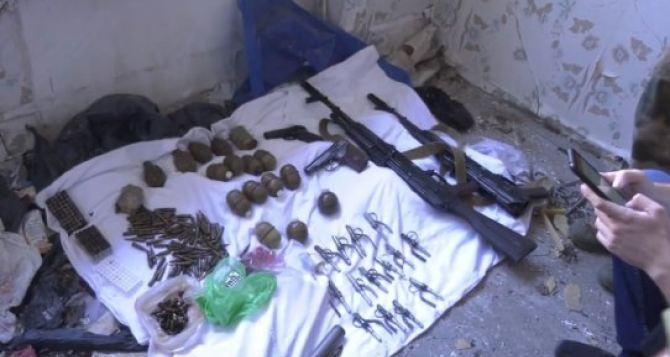 На востоке Луганска обнаружили схрон с оружием. ФОТО