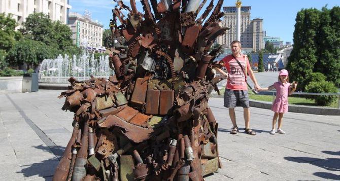 На Майдане в Киеве установили Железный трон сделанный из осколков снарядов АТО. ФОТО