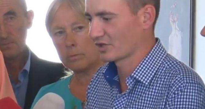 Вернувшийся из плена украинец встретился с родителями и был задержан военной прокуратурой