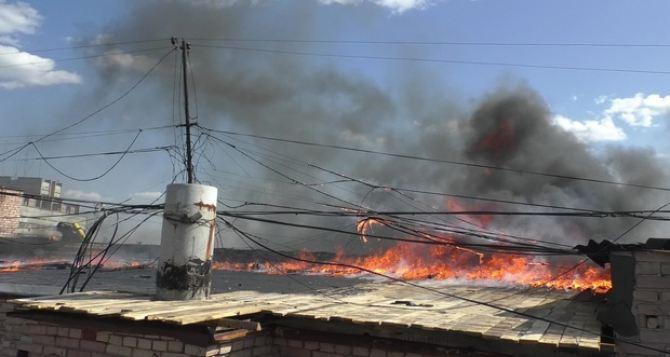 В МЧС заявили, что пожар на крыше «Китайской стены» уже ликвидирован. ФОТО