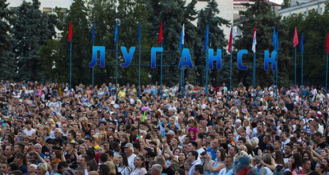 Праздничный концерт ко Дню семьи, любви и верности прошел в Луганске
