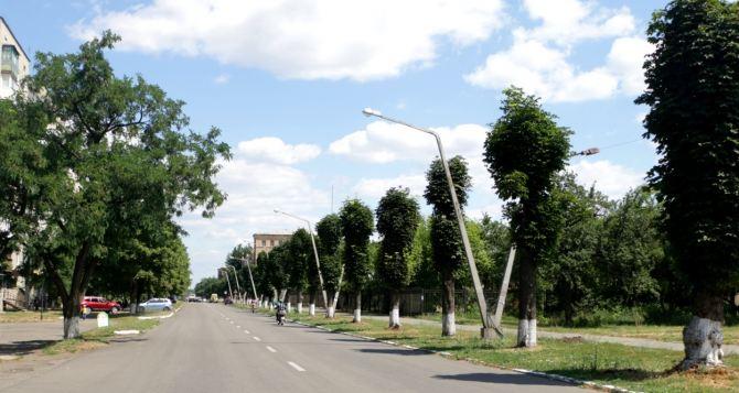 В Попасной реконструируют уличное освещение, в Троицком ремонтируют дороги