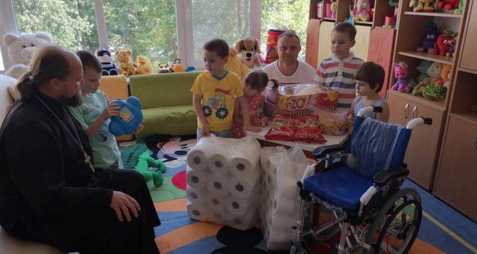 Волонтеры центра «Надія» привезли подарки  Северодонецкому дому ребёнка