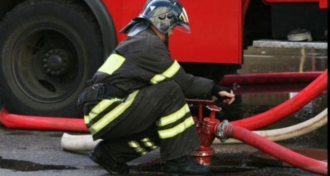 На Луганщине в Залимане огонь охватил жилой дом