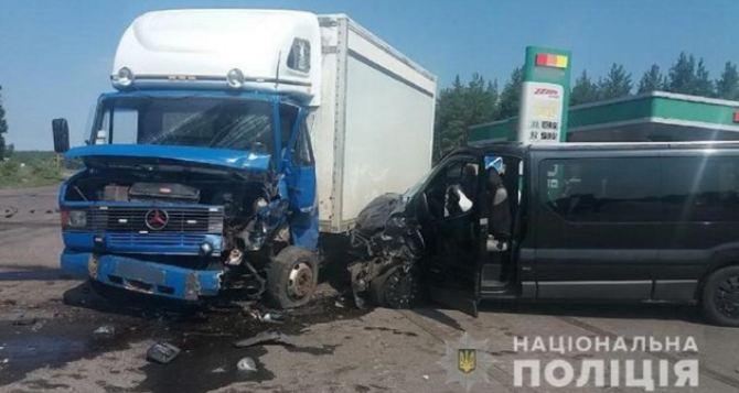 Маршрутка столкнулась с грузовиком по дороге из Станицы Луганской в Северодонецк. Восемь пострадавших