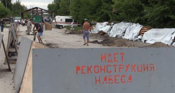 Как люди пересекают КПП ЛНР в Станице
