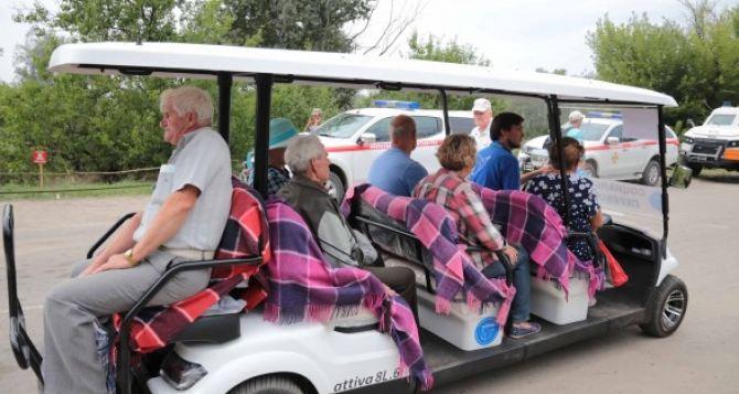 Появились фото луганских пенсионеров разъежающих на гольф-каре у КПВВ в Станице
