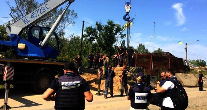 Украинские спасатели начали работы возле опорного пункта ВСУ на мосту в Станице Луганской. ФОТО