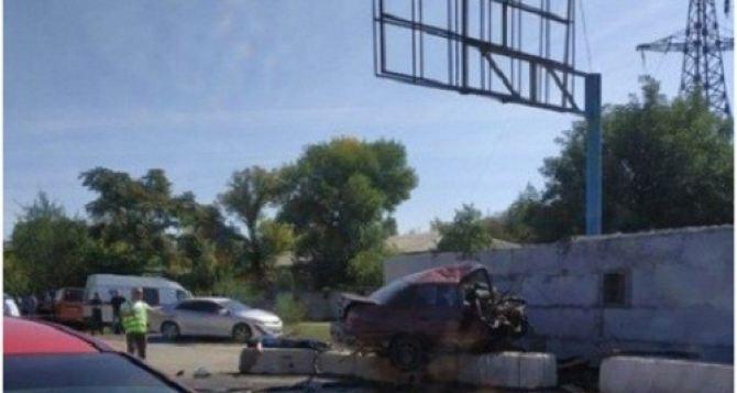 Смертельное ДТП: в Луганске автомобиль врезался в блокпост