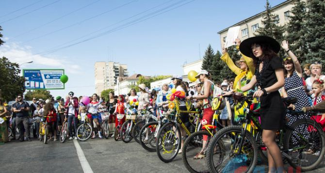 Креативные луганчанки удивляли публику на велосипедах. ФОТО